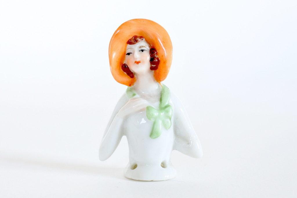 Statuina mezzo busto di donna con cappello in ceramica - demi poupée