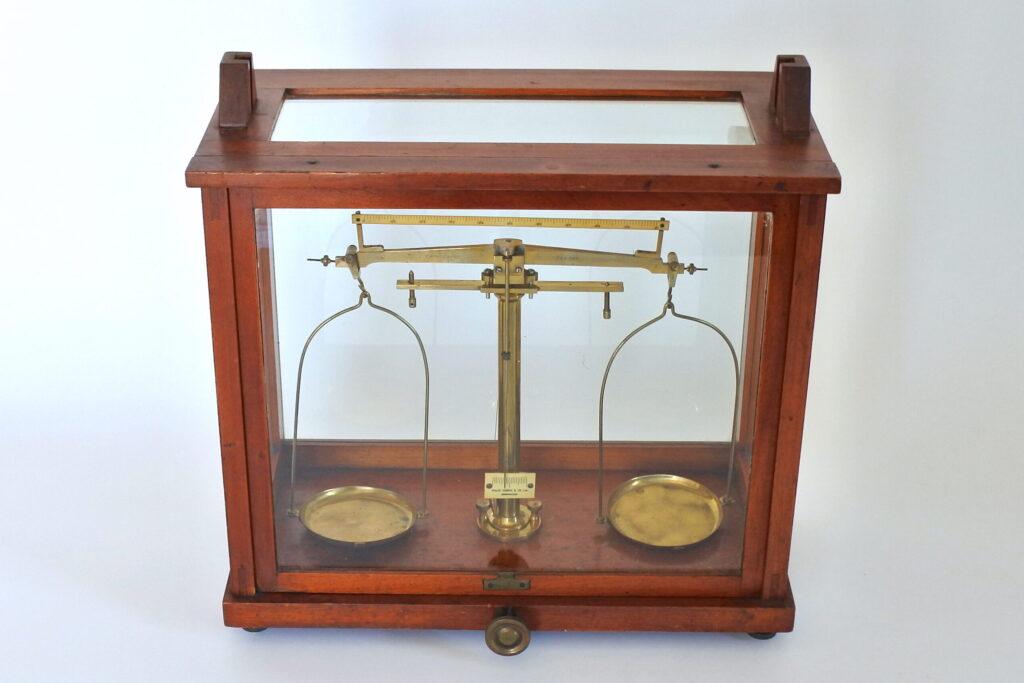 Antica bilancia di precisione da laboratorio in ottone a due piatti