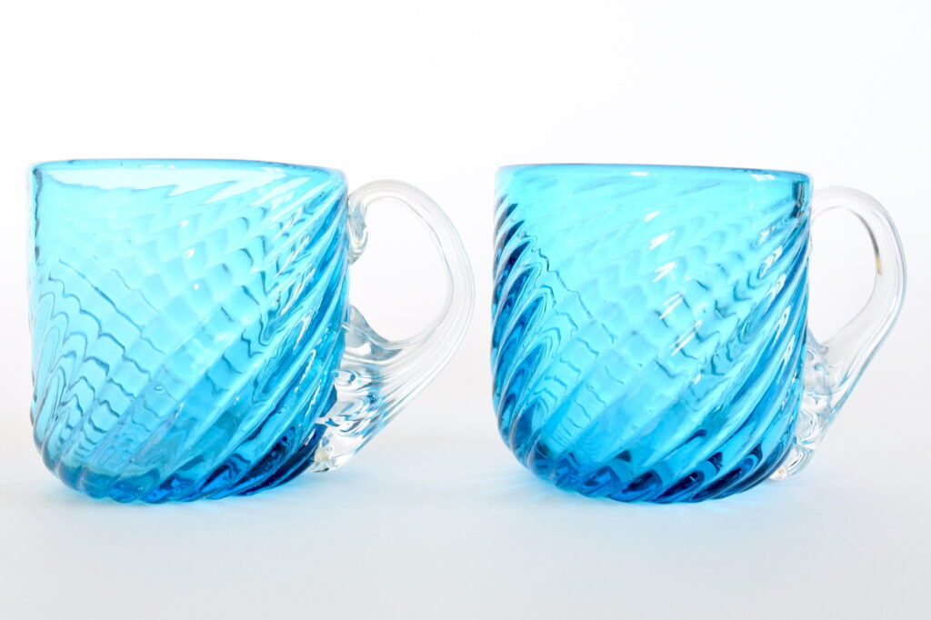 Coppia di bicchierini da liquore in vetro soffiato blu e manico bianco