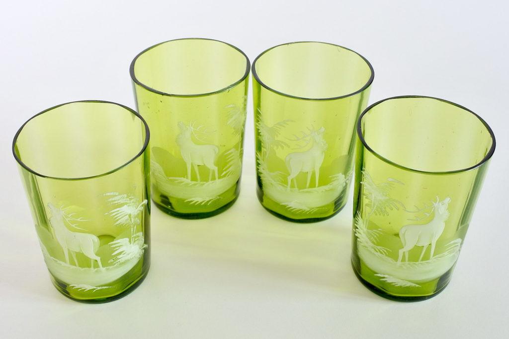 Bicchieri antichi in vetro soffiato verde con cervi smaltati