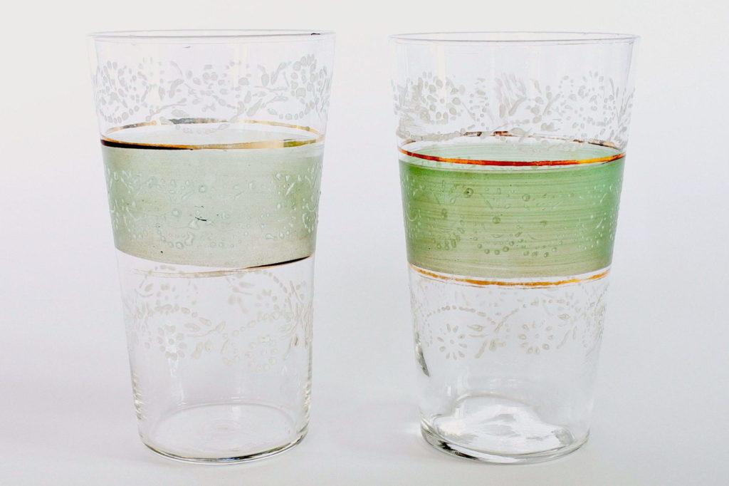 Coppia di bicchieri in vetro soffiato con fascia verde bordi dorati e smalti