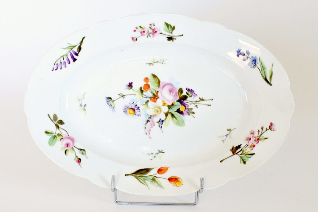 Piatto ovale in porcellana Vecchia Parigi con fiori dipinti a mano