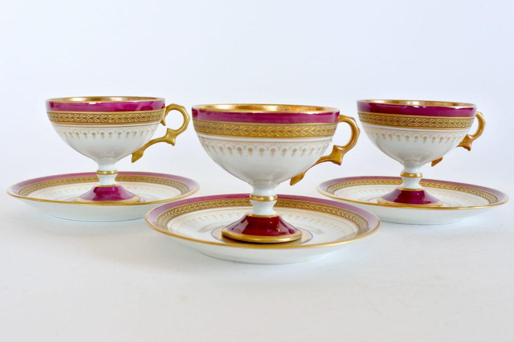 Tazzine in porcellana di Limoges decorate con smalto rosso e greche dorate
