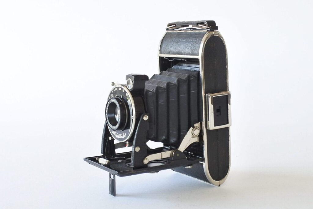 Macchina fotografica a soffietto Voigtlander Bessa 6x9 con lente Voigtar e custodia