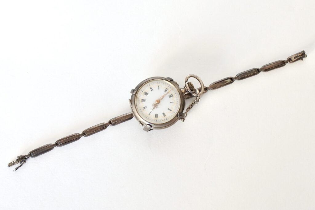 Monachina in argento utilizzabile come orologio da polso con bracciale estensibile