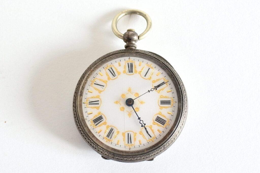 Orologio da tasca in argento con quadrante in smalto e cassa finemente incisa