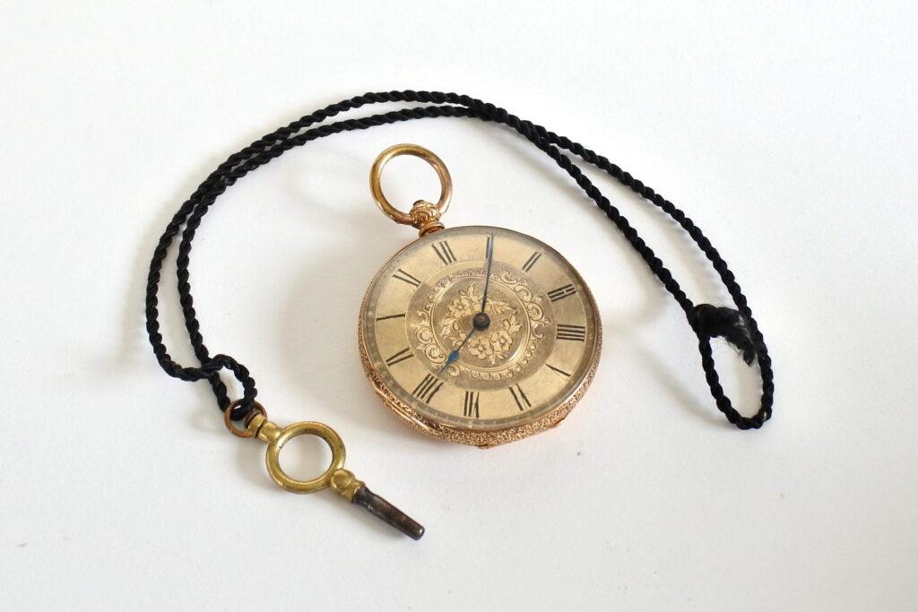 Orologio da tasca in oro 18k con quadrante inciso con motivi floreali