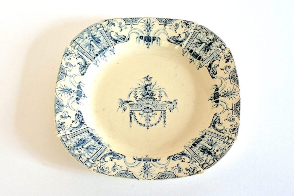 Piatto fondo in ceramica di Gien decorato con delfini fiori e fontane