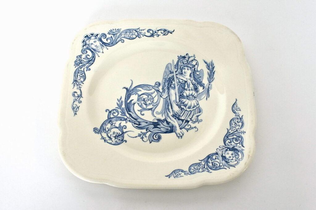 Piatto in ceramica di Clairefontaine con angelo guerriero e pelle di leone