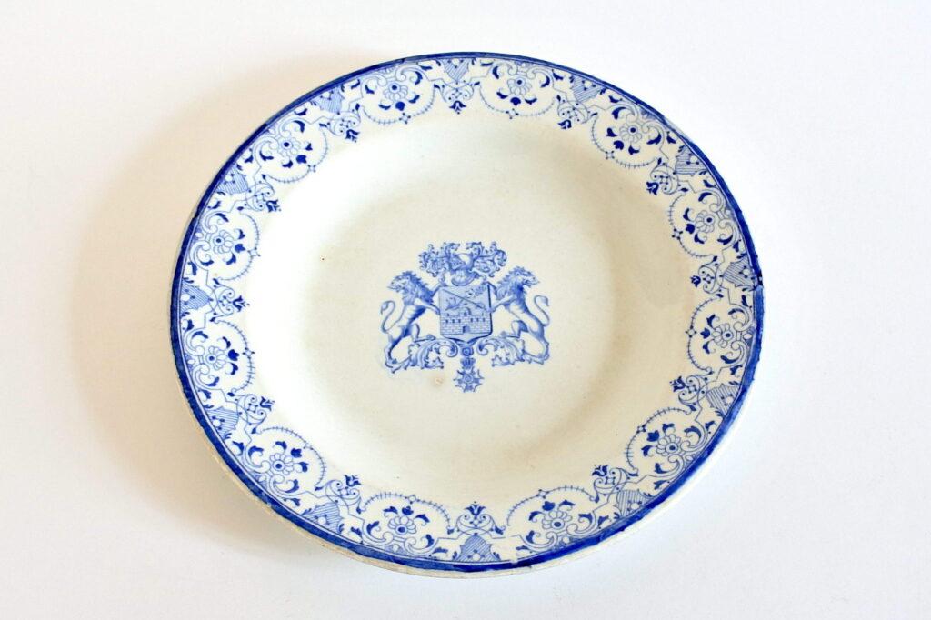 Piatto in ceramica di Gien con leoni rampanti che sorreggono stemma - 1871