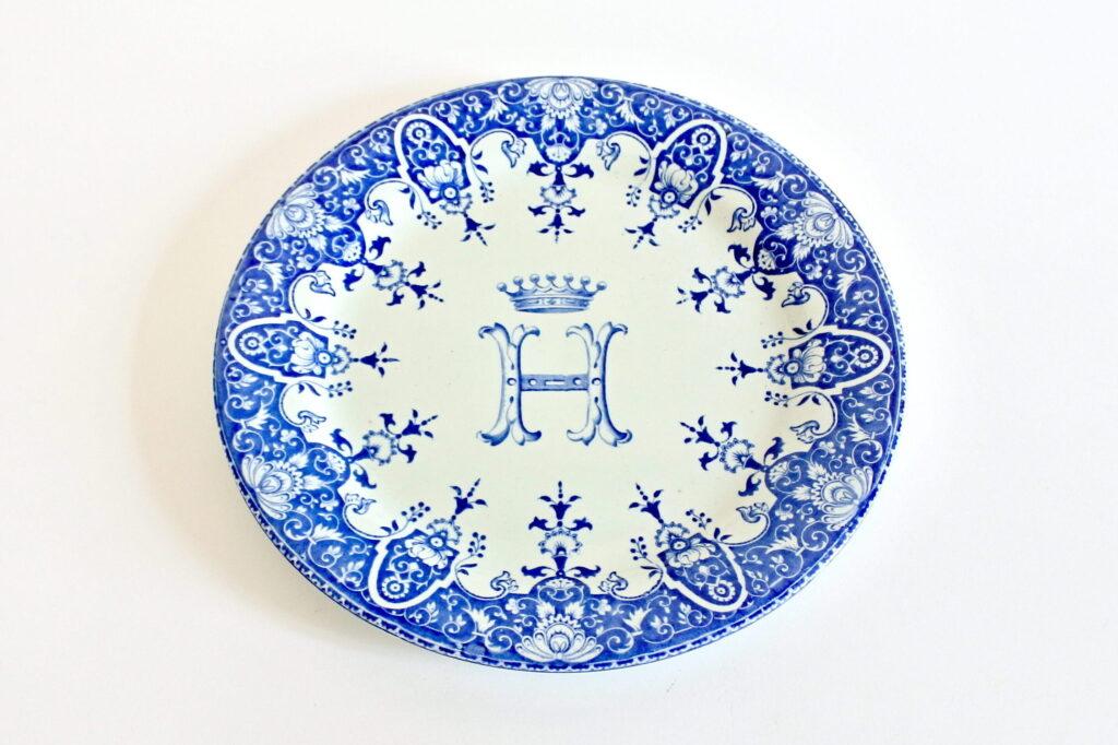 Piatto in ceramica di Gien del 1871 con monogramma e corona di barone