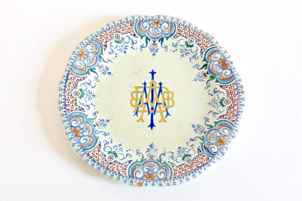 Piatto in ceramica di Gien del 1876 con decoro di Rouen e monogrammi
