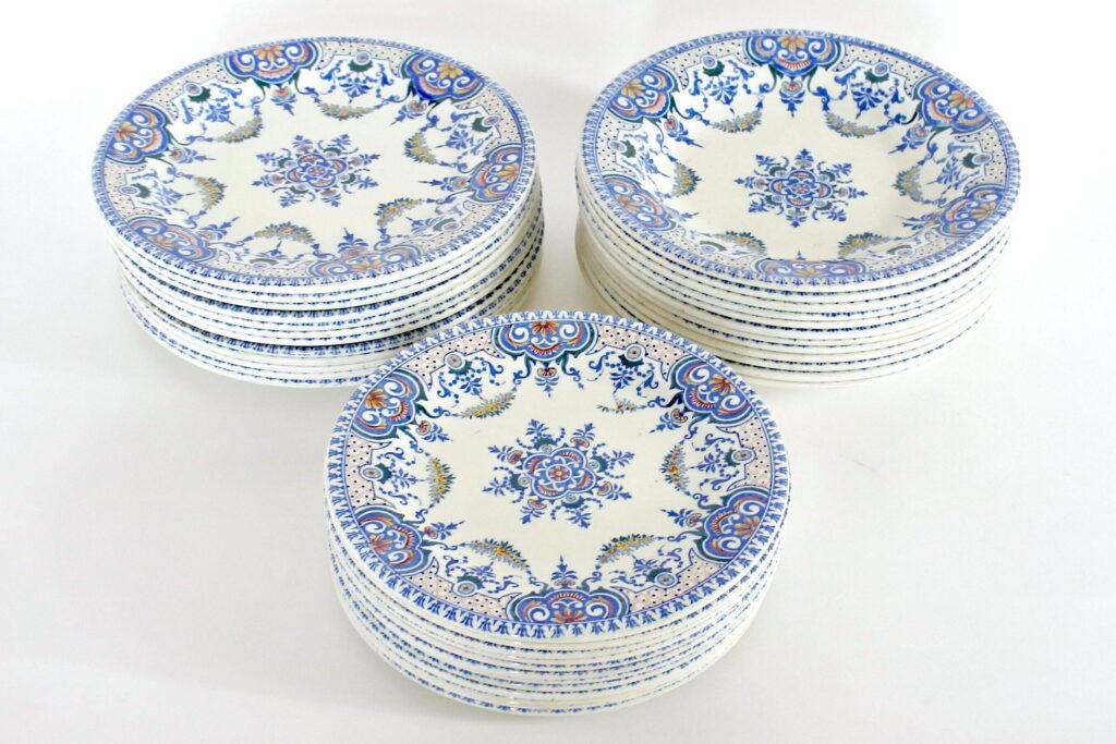 Servizio di piatti antichi in ceramica di Gien con decoro di Rouen