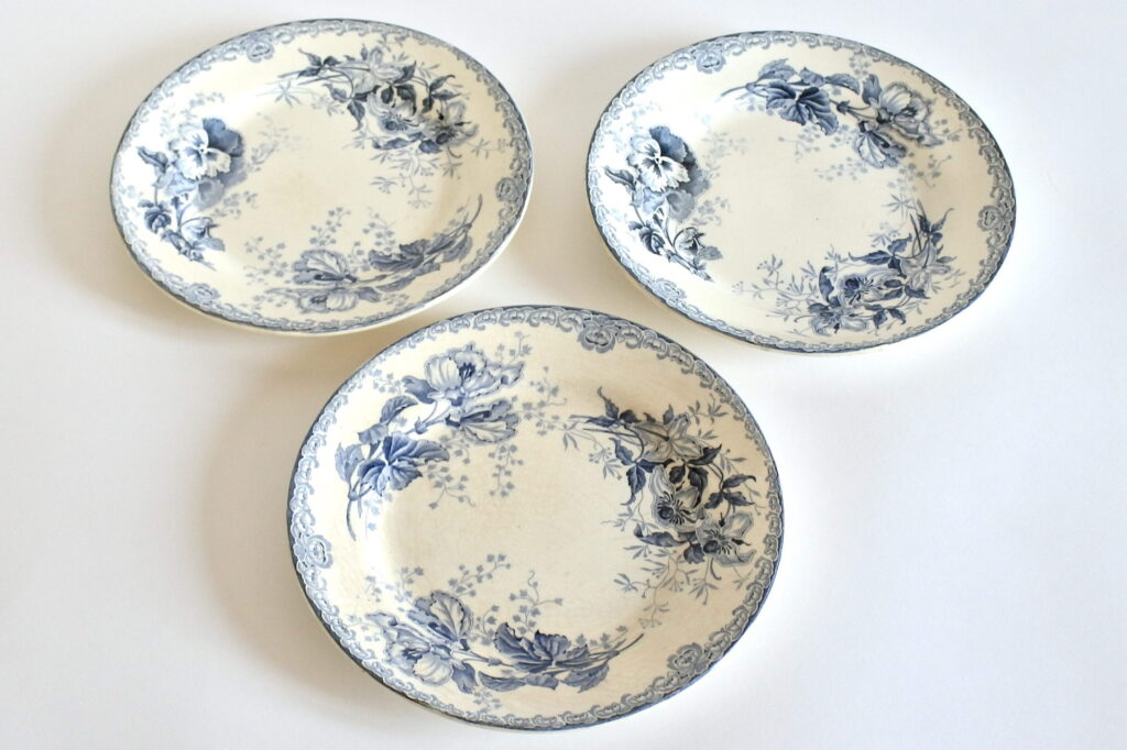 3 piatti in ceramica con viole del pensiero ed ibisco