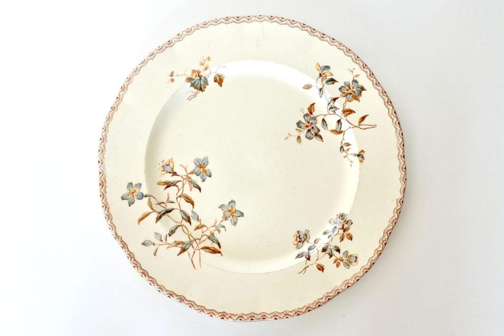Piatto di servizio in ceramica di Salins con fiori e greca marrone