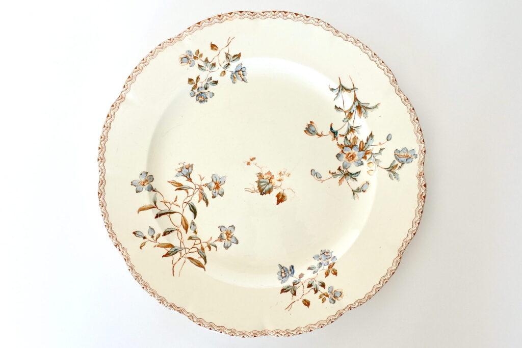 Piatto di servizio in ceramica di Salins decorato con fiori e greca marrone