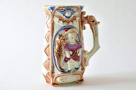 Brocca in ceramica barbotine di Wasmuel con cappuccetto rosso e lupo