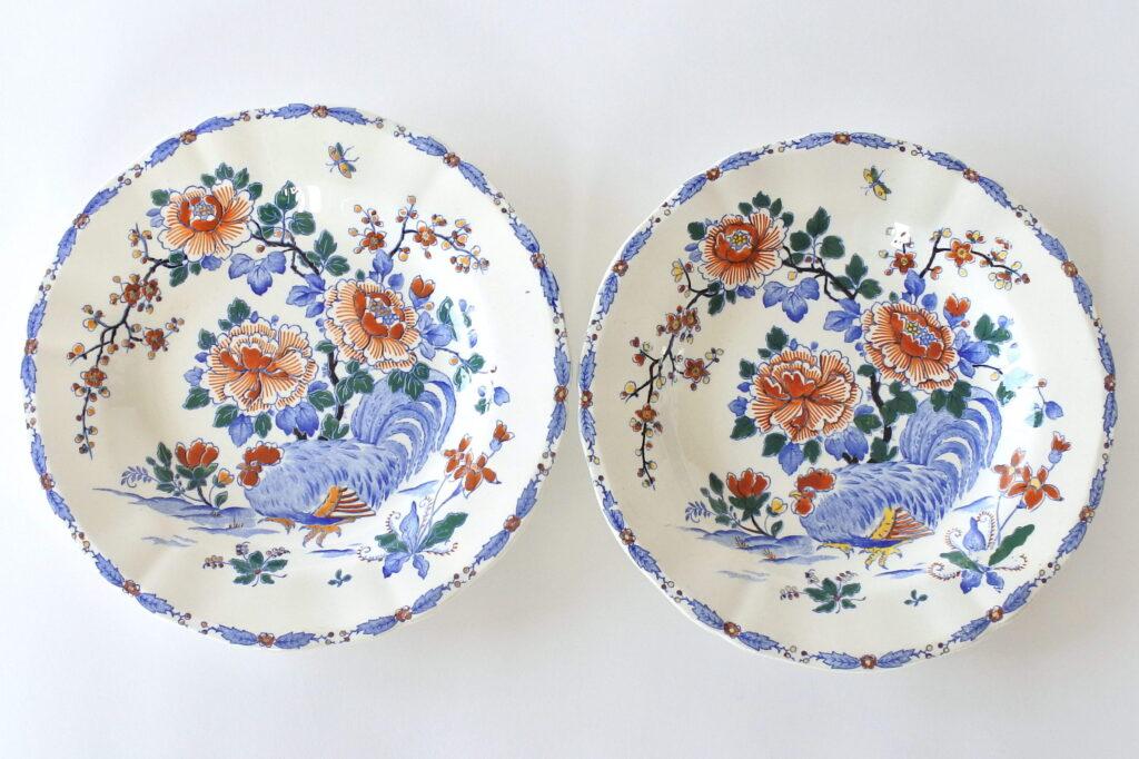 Coppia di piatti fondi in ceramica di Gien del 1938 con gallo e fiori