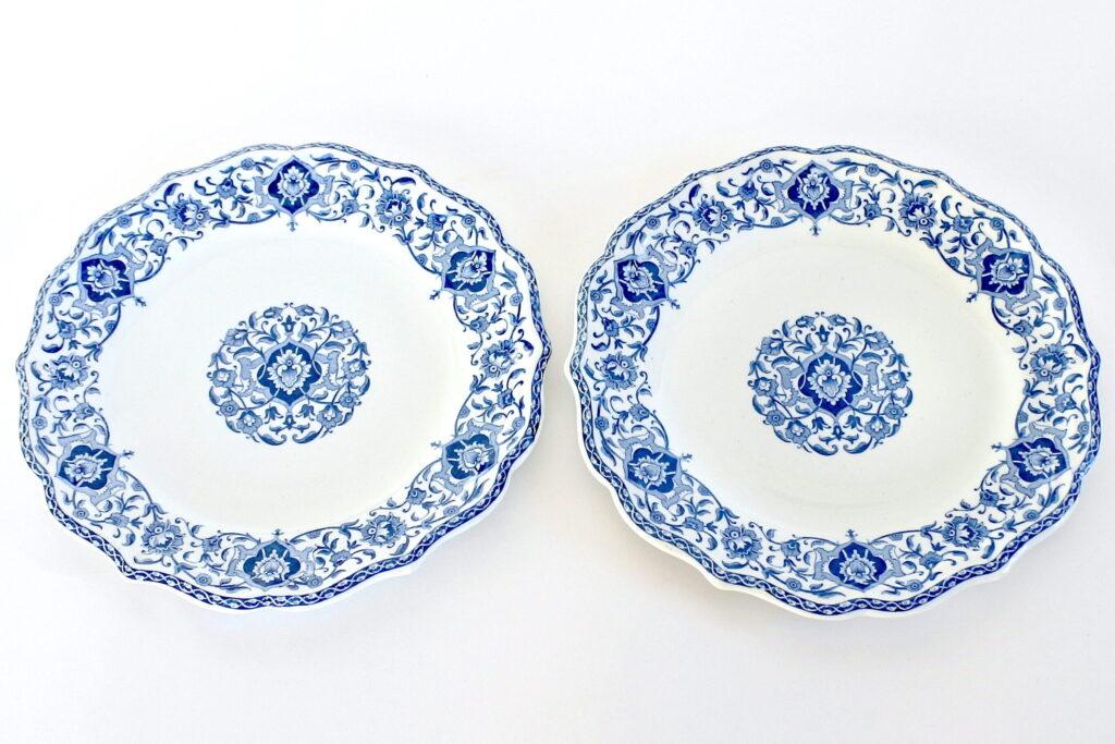 Coppia di piatti in ceramica bianca di Gien del 1875 con bordo dentellato