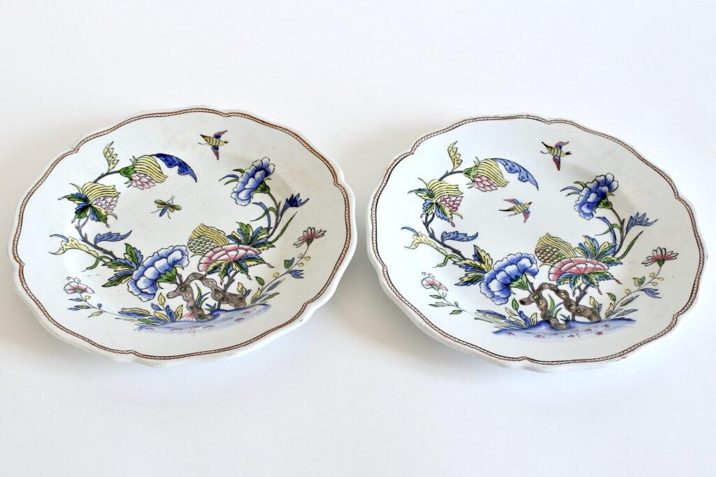 Coppia di piatti in ceramica di Sarreguemines con fiori uccelli ed insetti