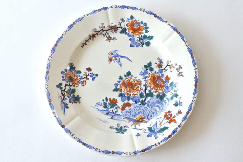 Grande piatto in ceramica di Gien del 1938 con gallo e rami fioriti