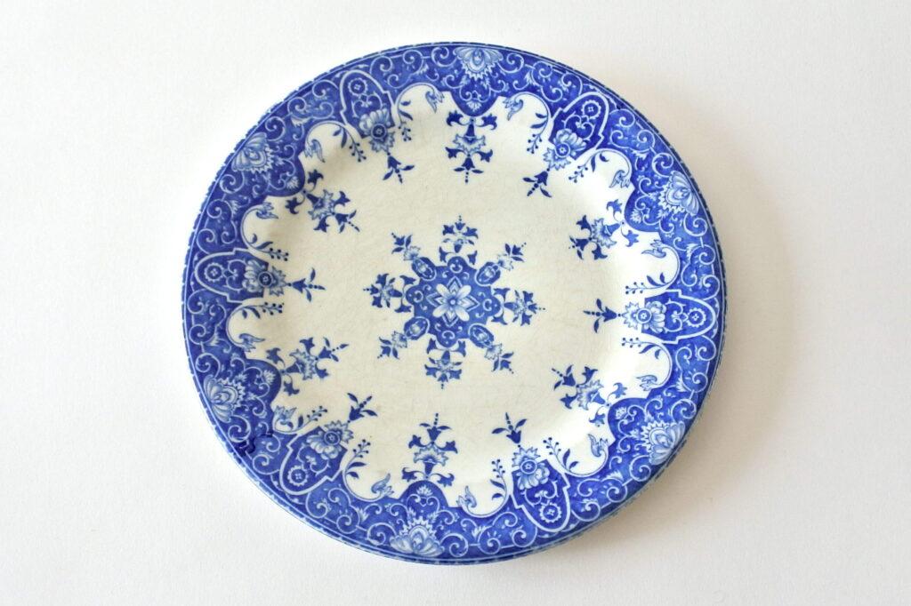 Piatto da frutta in ceramica di Gien del 1875 con decoro blu