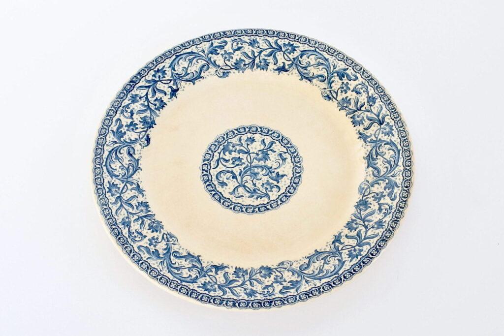 Piatto in ceramica di Gien del 1875 con decoro blu su fondo avorio