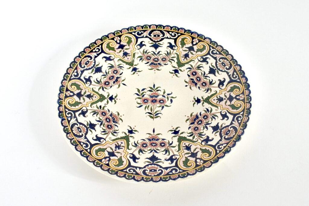 Piatto in ceramica di Sarreguemines con decoro di fiori su fondo avorio