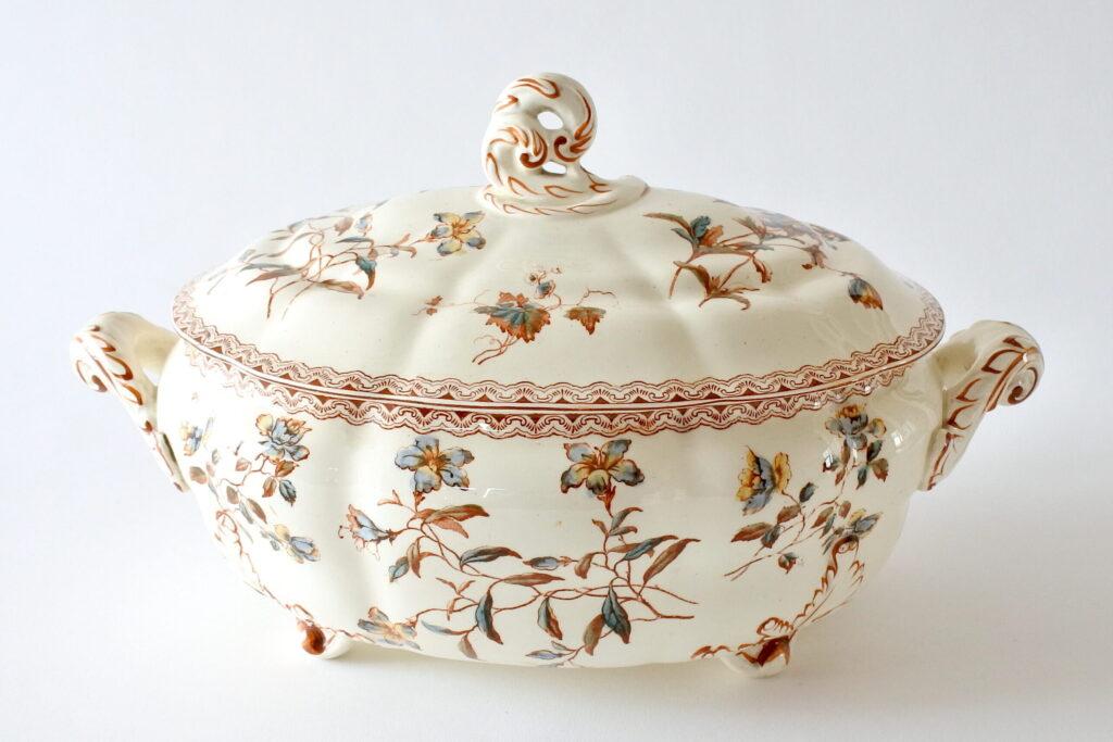 Zuppiera in ceramica di Salins con fiori e greca marrone
