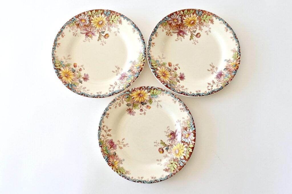 3 piatti in ceramica di Gien del 1878 con decoro fiori d'autunno