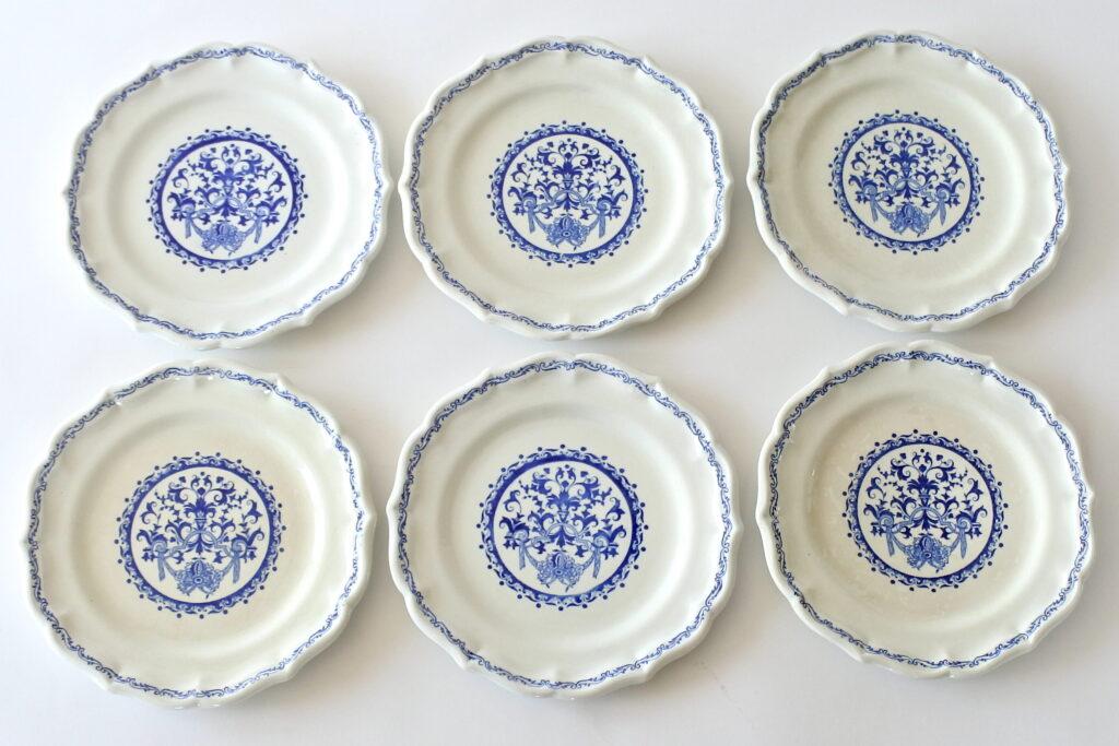 6 piatti da frutta in ceramica di Gien con greche di volute e cartiglio floreale
