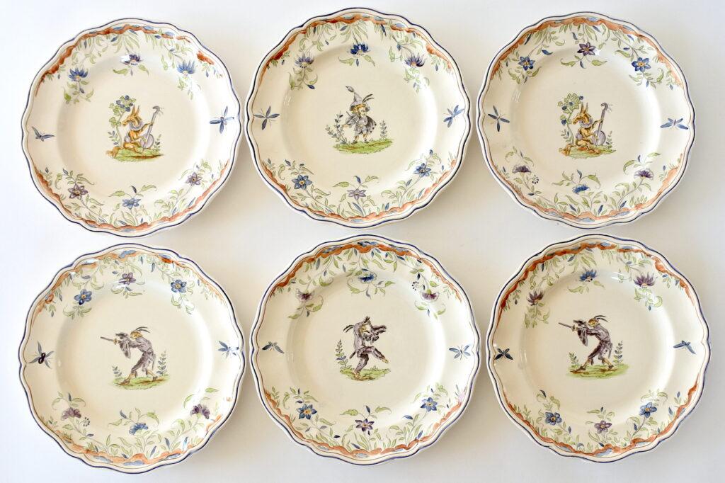 6 piatti piani in ceramica di Longchamp con maschere di Jaques Callot