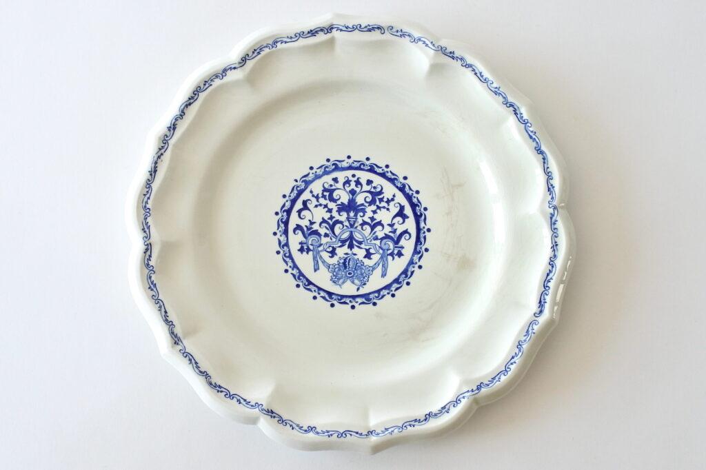 Piatto di servizio in ceramica di Gien con greche di volute e cartiglio floreale
