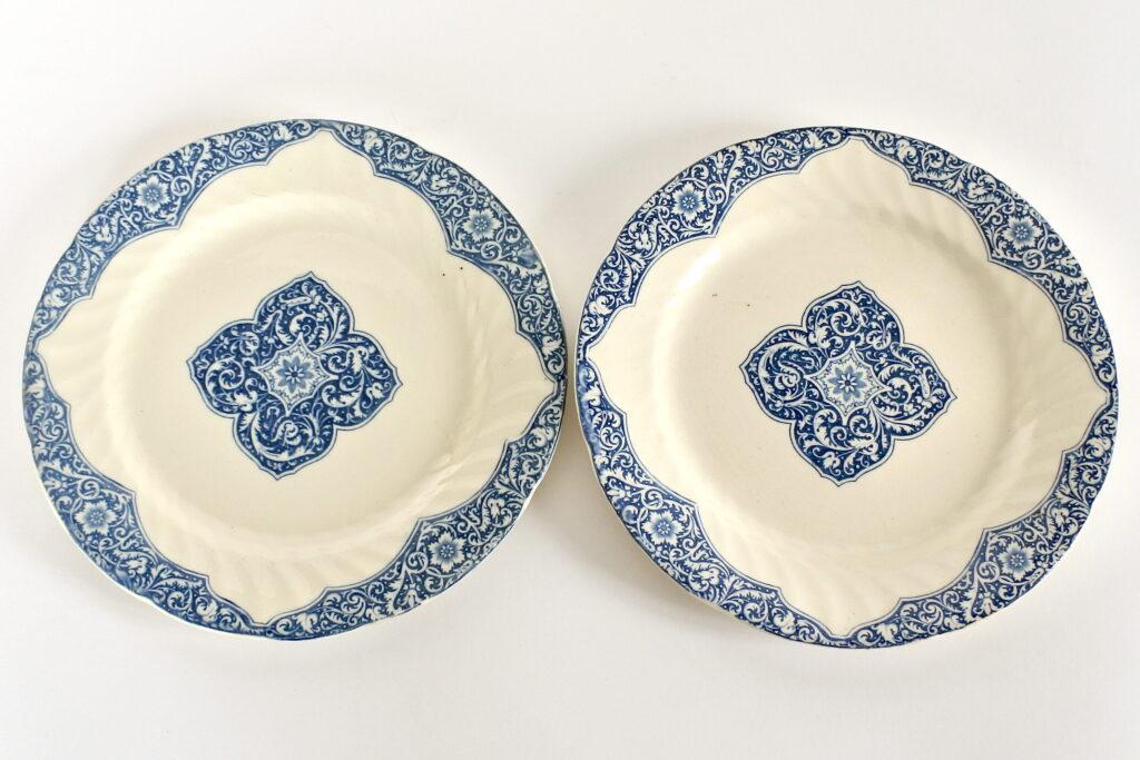 Coppia di piatti in ceramica di Gien del 1875 con motivi vegetali blu