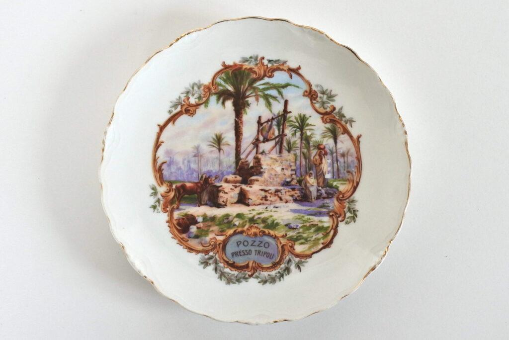 Piatto commemorativo in porcellana C.T. Altwasser con pozzo presso Tripoli