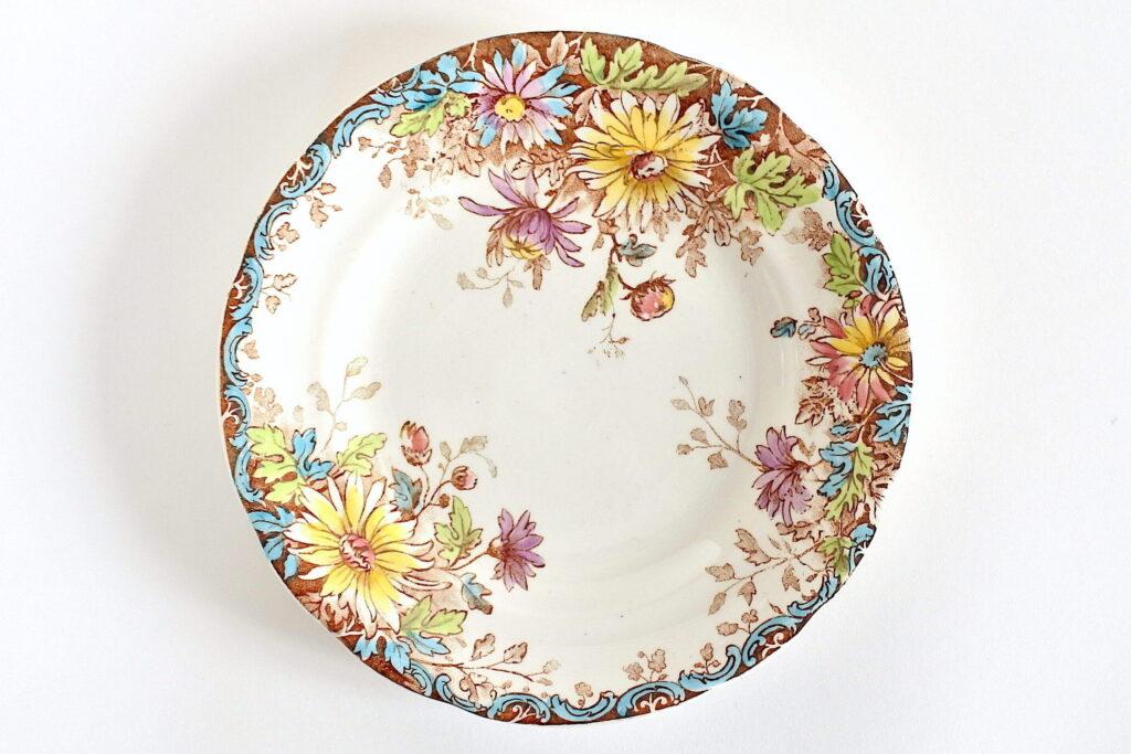 Piatto da dessert in ceramica di Gien del 1878 con decoro fiori d'autunno