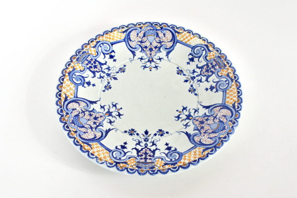 Piatto decorativo in ceramica di Gien del 1871 azzurro blu ocra rosso