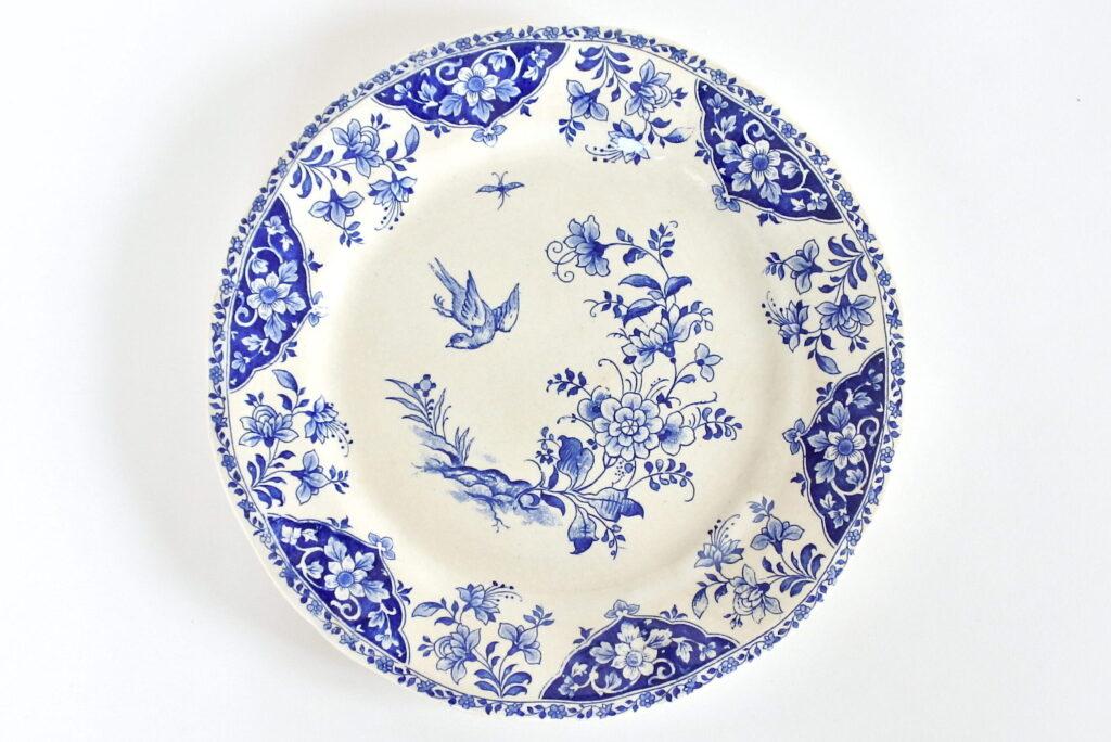 Piatto in ceramica di Gien con decoro floreale e bordo ondulato
