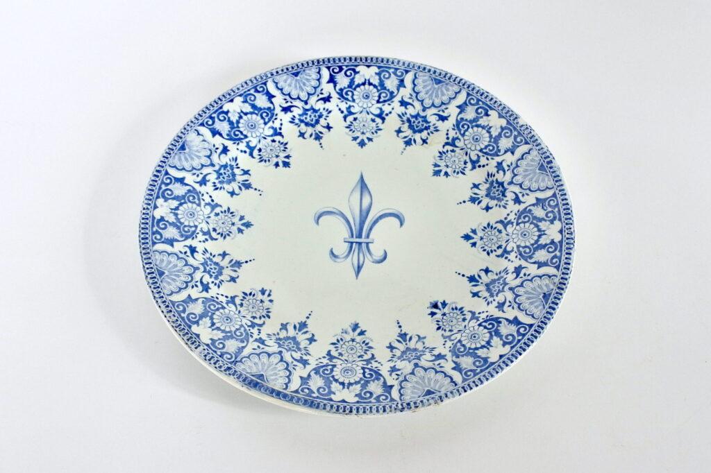 Piatto in ceramica di Gien del 1860 con giglio di Francia