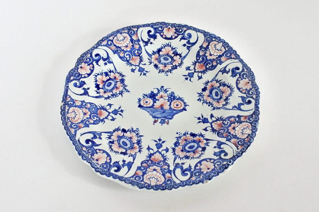Piatto in ceramica di Gien del 1871 con fiori e volute