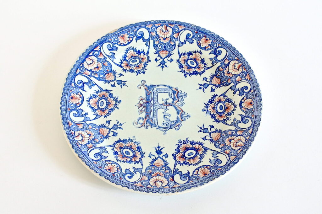 Piatto in ceramica di Gien del 1871 con fiori volute e monogramma FB