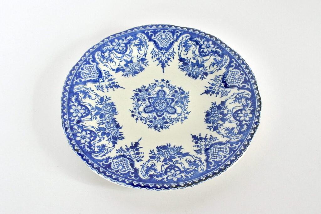 Piatto in ceramica di Gien del 1876 con decoro centrale e bordo blu