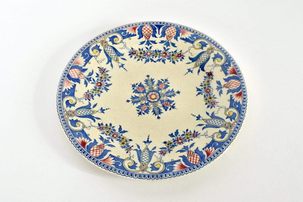 Piatto in ceramica di Gien del 1876 con decoro policromo su fondo avorio