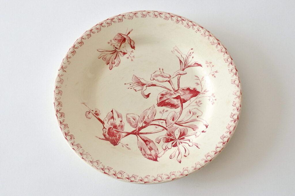 Piatto in ceramica di Gien del 1878 con decoro di caprifogli rossi