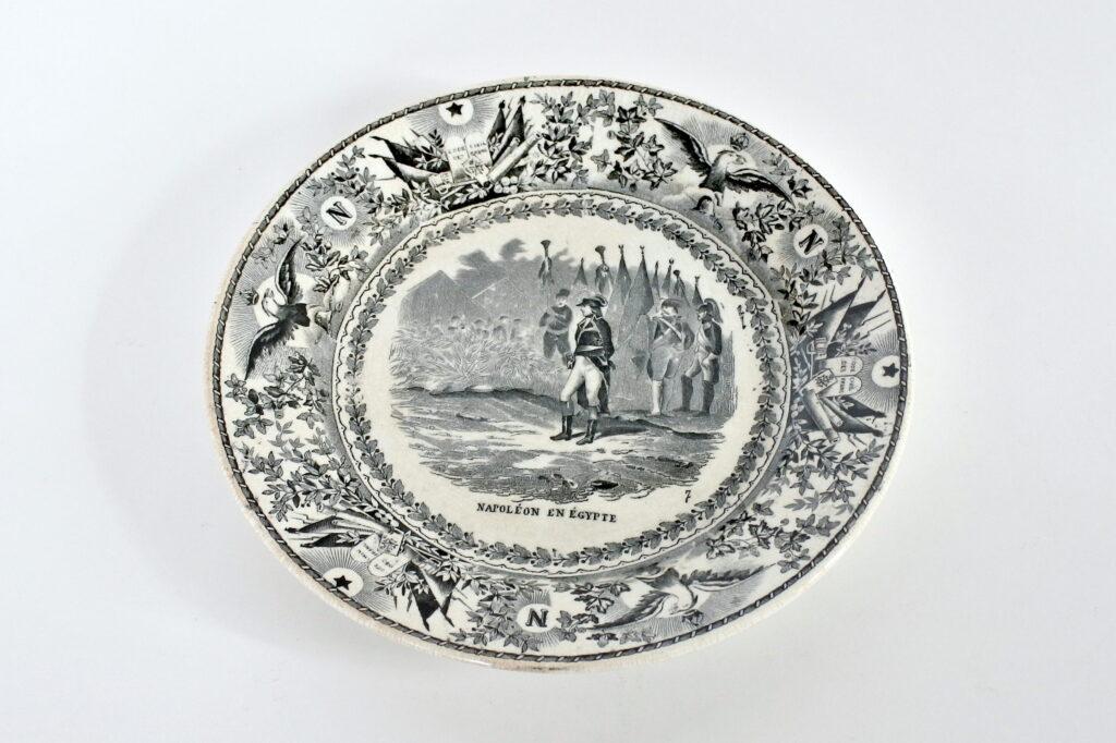 Piatto in ceramica olandese di Maestricht con Napoleone Bonaparte in Egitto