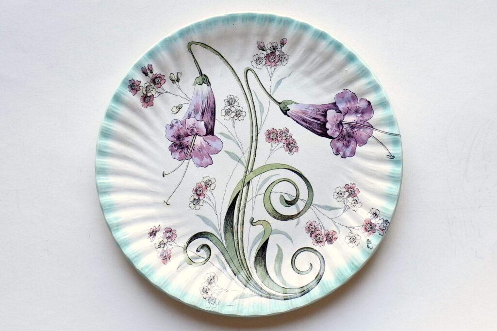 Piatto ornamentale in ceramica con decoro liberty di fiori a tromboncino