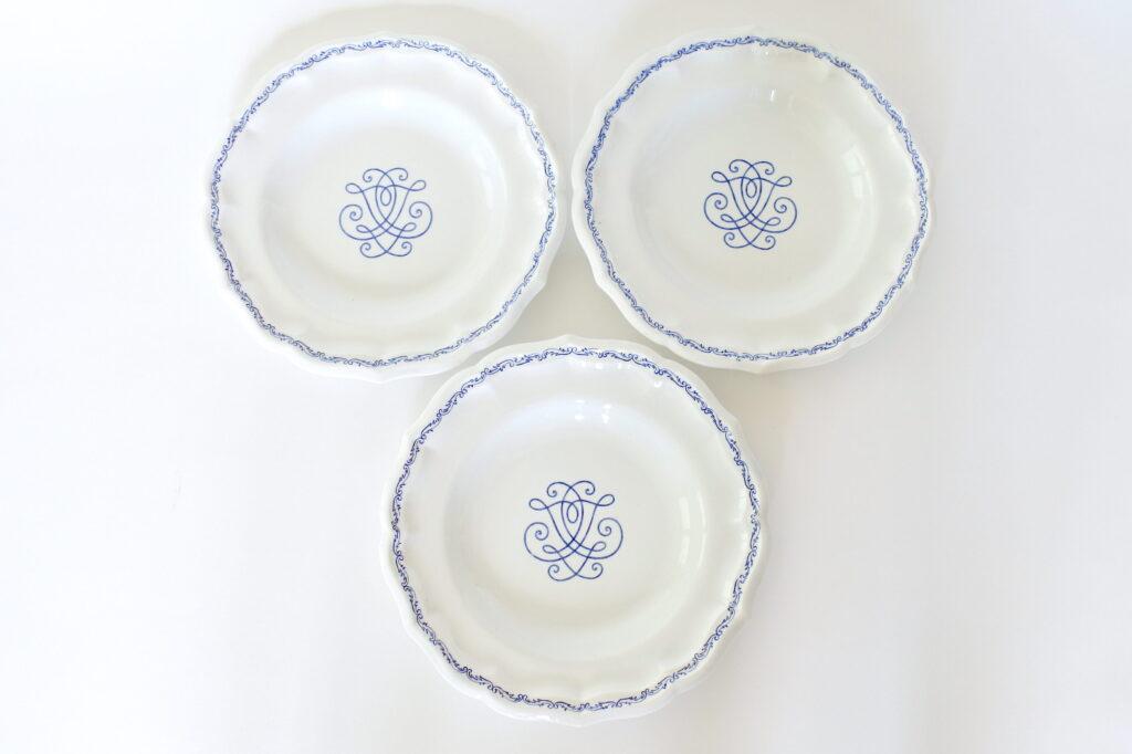 3 piatti piani in ceramica di Gien con bordo sagomato e decoro blu
