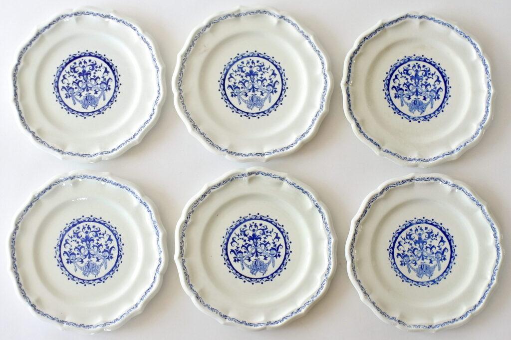 6 piatti piani in ceramica di Gien con greche di volute e cartiglio floreale