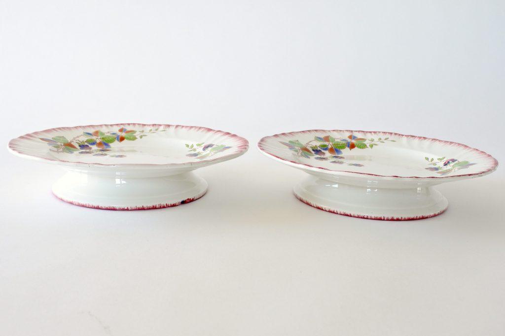 Alzatine a piede basso in ceramica di Longwy con farfalla e frutti di rovo