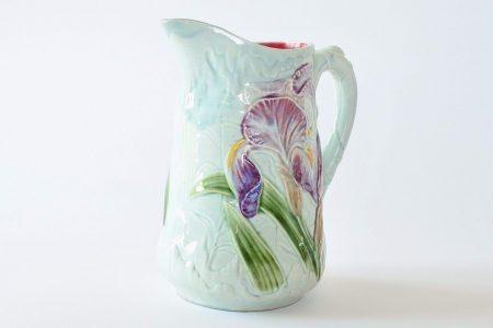 Brocca in ceramica barbotine di Choisy le Roi con iris